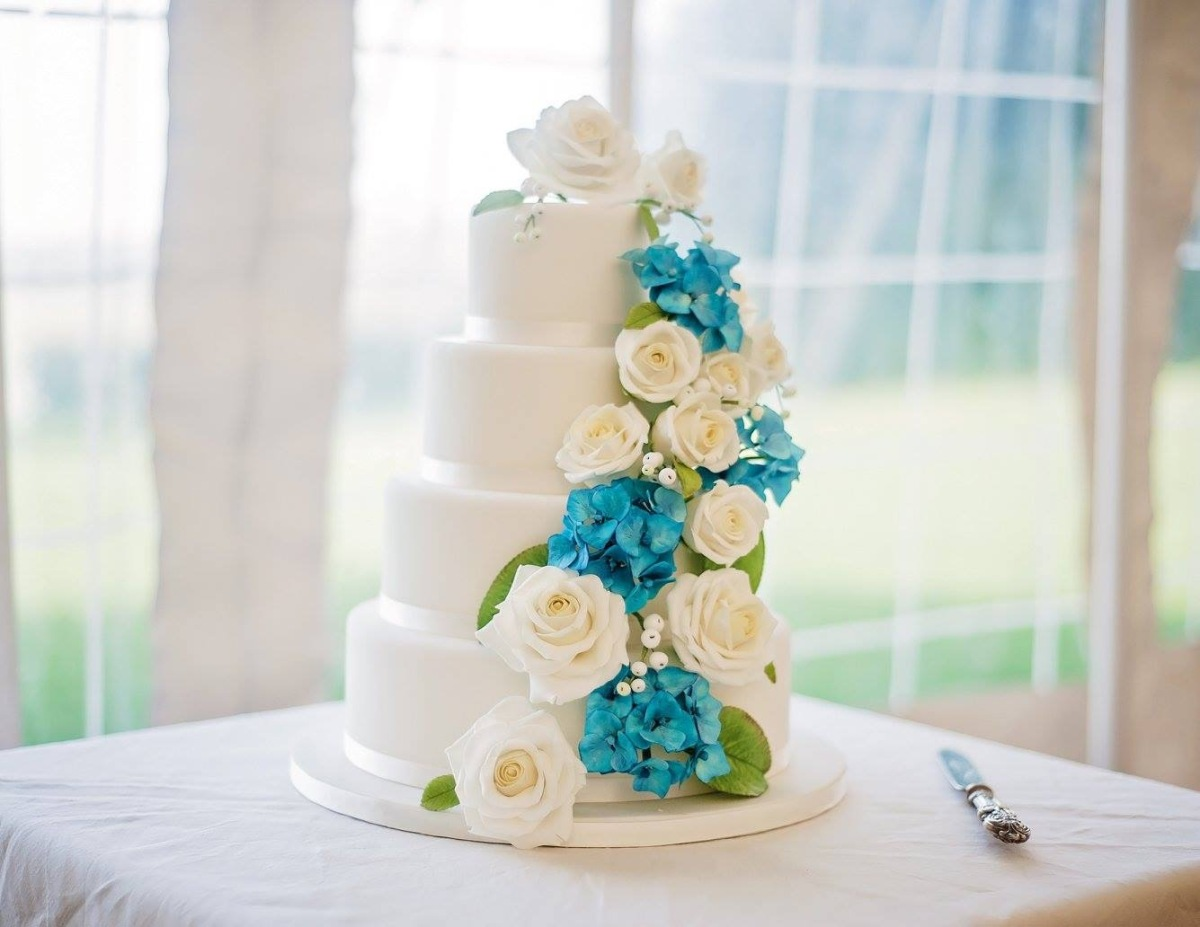 Blue hydrangeas and white roses wedding cake